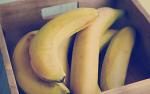 상한 바나나 같은 화장을 하고..
