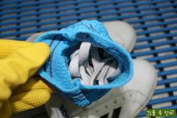 묵은 때 날리는 초간단 운동화 세탁법
