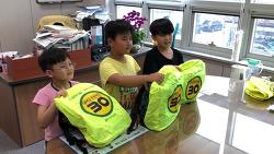 [골목길 안전속도 30 캠페인] 서울 동대문구 제기동, 통학 안전을 위한 '가방 안전덮개' 전달