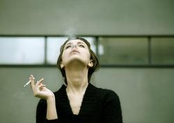 담배 피우는 사람들은 여유 있고, 불을 가지고 있으며, 생존에 강한 사람