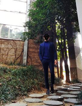 [20대 남자 겨울 패션 코디] 남자 네이비 자켓 코디 [바쏘옴므] 남자 블루 자켓 코디 with 코발트블루 니트