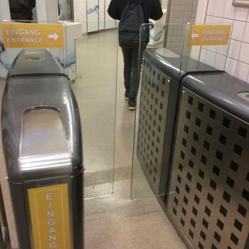 독일 화장실 앞에 설치된 Gate?
