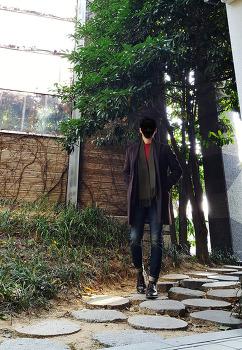 [2017 남자 겨울 코디] 남자 카키색 코트 코디 with 레드 니트 : 남자 머플러 및 양말 코디