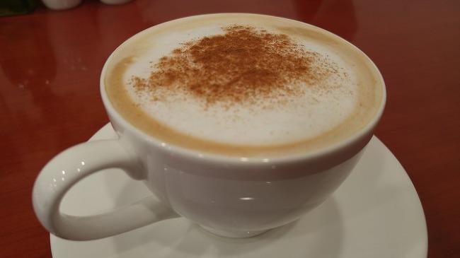 커피 한 잔에 조각품들을 감상하며....