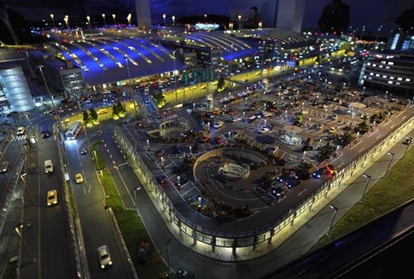 여객 터미널 주변 - 도로와 주차장