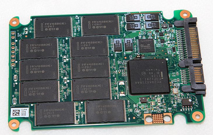 인텔 SSD, 인텔SSD, intel ssd, ssd, intel, intel SSD, intel toolbox, It, SSD 최적화, SSD최적화, 리뷰, 사용기, 성능, 에스에스디, 옵티마이저, 인텔, 인텔 툴박스, 제품, 최적화, 툴박스,인텔 SSD 체험단이 되어서 Intel 320 Series PVR 80GB를 계속 사용해왔는데요. 써보면서 막연하게 SSD에 대한 환상도 있었고 고장나면 어떻게 될까 관리는 어렵지 않을까등 알고는 있지만 조금 막연한것도 있었는데요. 실제로 써보고 난 뒤로는 별로 걱정할게 없다는 생각이 드네요. 인텔 SSD를 사용 후 가장 좋은 점은 성능도 올라갔지만 노트북 사용중에 자리 이동이나 충격등에도 스트레스를 받지 않게 됬다는 점 입니다.  노트북의 하드디스크경우 일반 하드디스크보다 좀 더 중력가속도에 잘견디도록 되어있지만 물론 이건 견디는것 뿐이고 계속 충격을 받거나 시간이 지날수록 내구도는 약해지게 됩니다. 하드디스크 내의 자료를 기억하는 플래터의 자력의 수명자체는 길지만 다른 부분의 내구도때문에 더이상 읽지 못하는 일이 생길 수 있다는점이죠. SSD는 그에 비해서 수명을 예상할 수 있고 충격등에 좀 더 훨씬 강하다는 장점이 있습니다.  요즘은 침대에 누워서도 그리고 밖에 나갈때도 항시 노트북을 사용하고 있습니다. 예전 같았으면 데이터의 손상등을 걱정해서 책상위에서만 올려놓고 조심스레 사용했었다면 지금은 그럴 걱정이 없어졌다는 것이죠.