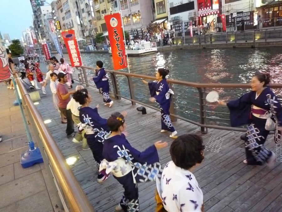 오사카 여름마츠리에서 서민춤 봉오도리를 구경하다