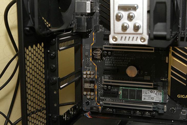 기가바이트, Z170X-UD5 TH ,썬더볼트3,IT,IT 제품리뷰,Thunderbolt3,40Gb/s,대여폭,속도,ThunderBolt 3는 속도가 상당히 빠른데요. 이번에 Type-C와 통합이 되면서 더 쓸모가 많아졌습니다. 기가바이트 Z170X-UD5 TH 썬더볼트3는 기존의 Thunderbolt 2보다 대여폭이 훨씬 높아져서 40Gb/s 이상을 지원을 합니다. 대용량의 그리고 빠른 데이터 전송이 가능한데요. 그런 이유로 그렇게 멀지 않은 미래에는 대부분 Type-C를 사용하게 될 것 같습니다. 모니터도 이것으로 연결하고 키보드 마우스도 모두 이것으로 연결하여 아주 작은 USB 허브에 나란히 여러 장치를 연결할 날도 오겠죠. 기가바이트 Z170X-UD5 TH 썬더볼트3는 특이하게 Type-C를 2개나 넣었습니다. 물론 Type-A의 USB 3.1도 추가해놓았죠. 고속의 저장장치나 고속의 인터페이스를 활용해야 하는 분들에게는 어울리는 제품이 될 것 같습니다.