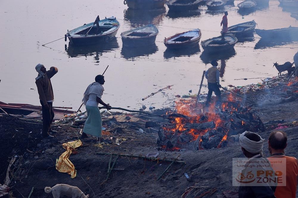 [인도] 바라나시의 화장터 마니카르니카 가트 <3> 화장중인 장작 불꽃을 다루는 일꾼들