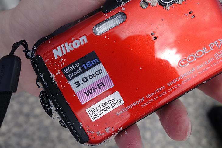 방수카메라, 니콘 쿨픽스 AW110s, AW110s 사용기, 태국 낭유안, 여행기, 여행, 사진, IT, 카메라, 다이빙, 스노쿨링, 낭유안,방수카메라 니콘 쿨픽스 AW110s 사용을 한것은 탁월한 선택이었습니다. 신혼여행으로 태국 코싸무이를 갔는데요. 이때 이 카메라를 들고 갔습니다. 태국 낭유안에 들러서 다이빙도 하고 스노쿨링도 했는데요. 맘편하게 쓰고 왔습니다. 물에 들어가도 되는 방수카메라 니콘 쿨픽스 AW110s 덕분이죠. 물속에 들어가서도 사진을 많이 찍었고 다이빙을 하면서도 사진을 많이 찍었네요. 그리고 태국 낭유안에서 다이빙을 할 때 강사님이 카메라로 찍어주는데 방수카메라를 들고온 사람은 그 카메라로 바로 찍어줍니다. 그리고 니콘 쿨픽스 AW110s를 드리면서 어떻게 찍는지 알려드릴려고 했더니 이 카메라 많이 써봐서 잘 안다고 하시더군요. 경력이 몇년인데 이런걸 설명해주냐면서. 바다속에서도 사진을 잘 찍었고 물놀이를 하면서도 사진을 잘 찍어서 기분이 좋네요.