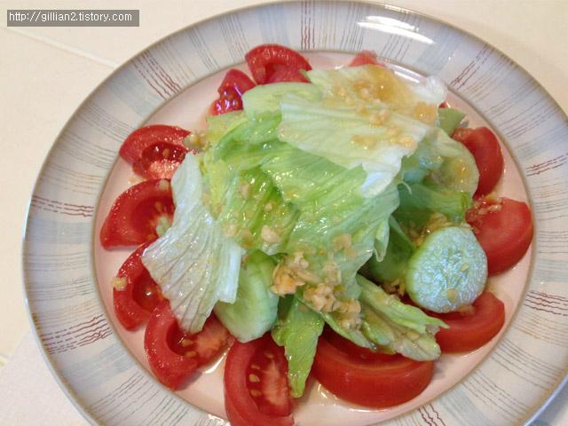 마늘소스와 토마토 양상추 샐러드