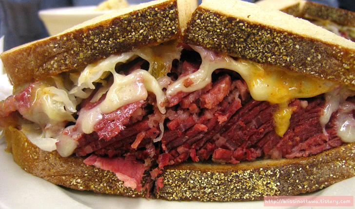 캐나다에서 꼭 먹어야 할 음식 몬트리올 스타일 훈제 고기
