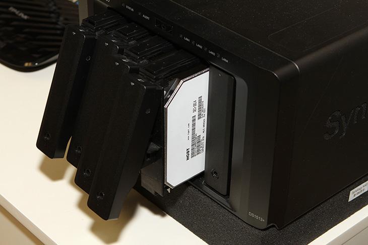 HGST, 8TB, Ultrastar, He8, HUH728080ALE600, 헬륨, 하드디스크,IT,IT 제품리뷰,HGST 8TB ,Ultrastar He8,가장 비싸고 고용량 하드디스크 중 하나를 소개 해 봅니다. NAS용 저장장치 중에서 좋은 제품 중 하나죠. HGST 8TB Ultrastar He8 HUH728080ALE600 헬륨 하드디스크 입니다. S-ATA3 인터페이스의 하드디스크이며 플래터가 7장이나 들어가 고용량을 구현한 저장장치 입니다. 온도를 낮추기 위해서 내부에 헬륨을 채운 저장장치로 잘 알려진 제품이죠. HGST 8TB Ultrastar He8 HUH728080ALE600의 온도도 궁금하고 성능도 궁금했는데요. 여기에서는 8TB 4개를 장착해서 활용을 해보도록 하겠습니다.