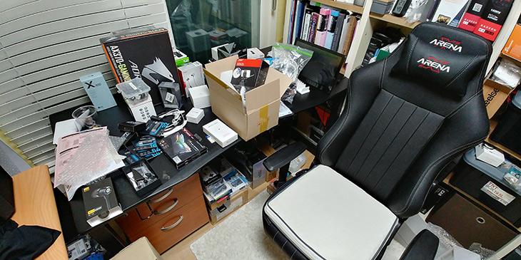 제닉스 ,아레나 데스크 1500 ,책상, 설치 ,게임용 컴퓨터 책상,IT,IT 제품리뷰,제 책상은 1800 짜리를 쓰고 있었는데요. ㄱ자 책상이 필요했습니다. 제닉스 아레나 데스크 1500 책상 설치를 했는데요. 게임용 컴퓨터 책상으로 유명한 제품이죠. 이번에는 다른색상도 나온듯한데요. 제닉스 아레나 데스크 1500 책상 사용한 것은 검은색 제품 입니다. 이 제품은 상당히 튼실합니다. 성인이 위에 올라가서 뛰어도 안부러질만큼 튼튼 한데요. 저는 이것을 직접 설치를 해 봤습니다. 제 방에 겨우 넣었네요. 그럼 설명 해보겠습니다.