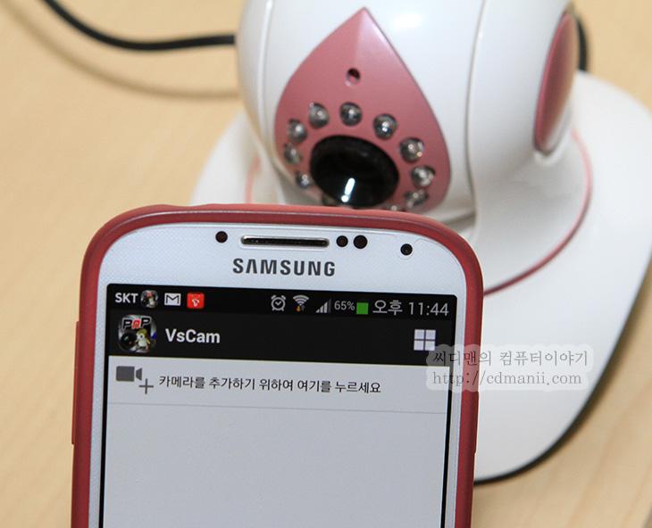 ㈜위드앤올 VSTARCAM-100P, VSTARCAM-100P, vstarcam, 브아스타캠, 사용, 후기, 사용기, IT, IP카메라, CCTV, 애완견, 강아지, 아이, 아기, 아기 보호, 아기 관찰, 관찰, 모니터, 스마트폰, ㈜위드앤올 VSTARCAM-100P 사용 후기를 올려봅니다. 이전에는 30만 화소의 브이스타30을 소개해드린적이 있는데요. 이 제품은 100만화소의 제품이며 베이비 모니터라는 타이틀로 나온 가정용 IP카메라 입니다. 화소가 올라간 부분 외에 ㈜위드앤올 VSTARCAM-100P 사용 느낌은 비슷했는데요. 핑크색으로 들어가 있는 부분을 생각해보면 베이비 모니터라는 부분을 조금 더 신경 쓴 게 아닐까 하는 생각이 드는데요. CCTV가 켜져있고 촬영을 계속 하면 어떻게 보면 거부감이 들 수 도 있습니다. 아이들에게도 예외는 없을듯 한데요. 그런 이유로 조금 더 이쁘게 생긴 CCTV가 필요하지 않았을까 하는 생각이 드네요. 어쨋든 색상은 핑크색으로 되어있어서 거부감은 크게 없네요.  ㈜위드앤올의 신제품 VSTARCAM-100P는 초고화질 100만화소의 카메라를 장착하고 있습니다. 마이크와 스피커가 내장되어있어서 스마트폰을 통한 대화가 가능 합니다. 스마트폰과 연결 후 사용에서는 3분 내에 설치를 마칠 수 있을정도로 아주 간단하게 초기설치를 할 수 있습니다. 감시 알림을 통해서 움직임이 있을 때 스마트폰으로 알람을 할 수 있습니다. 카메라는 상하 120도, 좌우 350도로 움직여서 거의 모든 부분의 촬영이 가능 합니다. VSTARCAM-100P를 최대 81대를 연결해서 다중 모니터링이 가능 합니다. 이것은 PC를 이용해야합니다. 야간에도 적외선을 이용해서 촬영이 가능해서 주간에도 야간에도 끊기지 않고 실시간 감시가 가능 합니다.