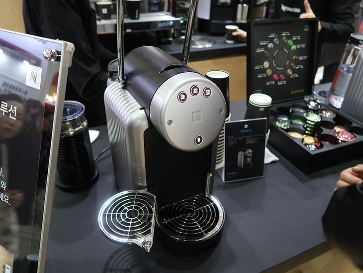 네스프레소 ,호텔 커피머신 ,사무실, 호텔, 미팅룸, 용도, 맞는 ,커피머신,IT,IT 제품리뷰,서울카페쇼 2016 다녀왔는데요. 정말 많은 분들이 커피에 관심이 많더군요. 네스프레소 호텔 커피머신 사무실 호텔 미팅룸 용도에 맞게 전시해둔 부스에서 한동안 머물면서 이것저것 살펴 봤었는데요. 부스에 너무 많은 사람들이 있어서 통제를 받으면서 들어갈 수 있었는데요. 네스프레소 호텔 커피머신은 가정에서 사용하는것과 특정 용도에 맞게 만들어진 제품은 차이가 있더군요.
