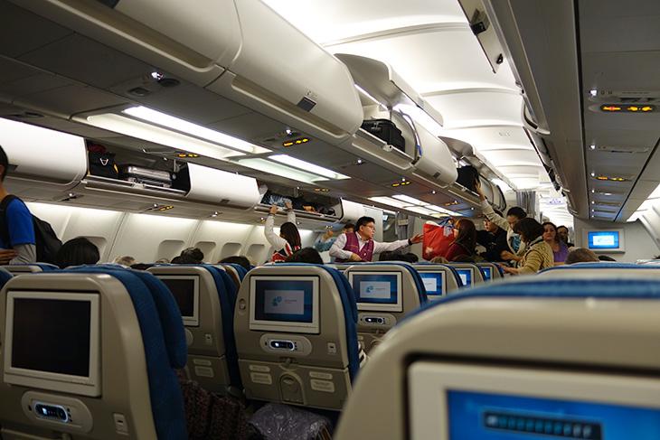 태국 신혼여행, 소니 RX100 mk2, RX100, 태국 여행, 태국 가이드, 태국, 방콕, 인천 국제 공항, 여행기,태국 신혼여행을 최근에 다녀왔습니다. 다녀온지 아직 한달이 되진 않았는데요. 지금부터 여러펀으로 글을 나눠서 그동안 태국에서 봤던 재미있는 내용들을 적어볼까 합니다. 사진은 소니 RX100 mk2로 찍었습니다. 작은 카메라라 들고다니기 너무 좋더군요. 태국 신혼여행을 갔을 때 폰으로 사진을 찍거나 아니면 작은 카메라로 사진찍는 사람들을 무척 많이 봤습니다. 제 메인 카메라인 EOS 7D를 들고갈까 하다가 좀 더 작은 크기에 사진도 잘찍히는 RX100 mk2를 들고 갔는데 잘 선택한 것 같습니다.  RX100이 처음 나왔을 때 써보고 정말 감탄했던 기억이 있습니다. 어두운 영화관 안에서 찍은 고감도 사진에서 엄청난 노이즈 억제력을 봤기 때문이죠. 근데 이제는 mk2 버전으로 좀 더 향상된 버전이 나왔습니다. 태국 신혼여행 일기를 적으면서 지금 카메라 이야기를 너무 하는듯한데요. 근데 이 카메라가 아니었다면 추억도 많이 못남길 뻔 했네요. 무거운 카메라 들고가서 피곤한 여행을 했다면 으으 생각만 해도 끔찍하네요. 그도 그럴것이 후편에 적겠지만 낭유안에 갔을 때 무거운 카메라와 렌즈 세트로 모두 다 들고온 신랑분이 있었는데 그분은 카메라 잃어버릴까봐 재대로 놀지도 못하더군요. 저는 그렇진 않았습니다.
