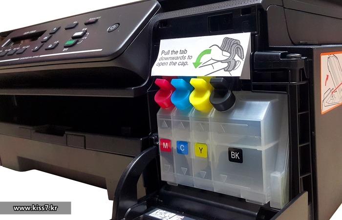 사진: 브라더프린터의 무한잉크 복합기는 무한잉크공급통을 프린터기 안에 내장하고 있다. 뚜껑을 열고 잉크만 보충해주면 되는 구조라서 초보자에게도 간편하다. [가정용프린터 복합기 제품들]