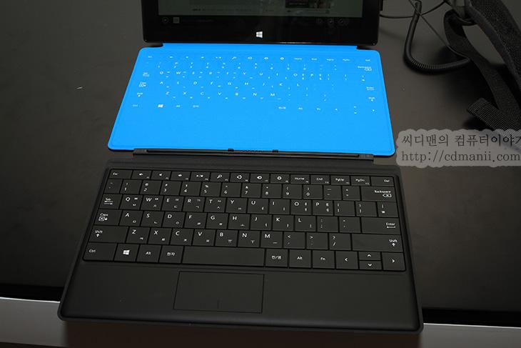 서피스 RT, 서피스RT, 서피스 RT 사용기, 윈도우8, 윈도우 RT, 스토어 활용기, MS, Microsoft, 마이크로소프트, MS Surface Pro, Surface RT, 태블릿, 아이패드, 안드로이드 태블릿, 게임, IT, 스마트기기, 태블릿PC,서피스 RT 사용을 해보고 공식국내 출시 행사에도 다녀왔습니다. 행사장에서 MS Surface Pro, RT 두 가지를 모두 써봤는데요. MS서피스 Pro는 윈도우8이 탑재된 태블릿PC라고 보면 됩니다. MS 서피스 RT 사용을 해보면 거의 비슷한 외형이긴 한데 타블릿이라고 봐야 합니다. 안드로이드 태블릿과 아이패드 등은 잘 아실 것입니다. 서피스 RT는 윈도우RT 운영체제가 동작하는 태블릿 입니다. 운영체제가 또 다른 하나의 태블릿이죠. 이제 이해가 쉬울 것입니다. 서피스 프로의 경우에는 i5프로세서를 사용해서 일반 노트북처럼 거의 사용이 가능하지만, 서피스 RT는 사용대상이 좀 다릅니다. 태블릿처럼 출퇴근 시 들고 다니면서 사용하고 동영상을 보거나 영화를 감상하거나 사진을 보거나, 그리고 트위터와 페이스북도 활용하고 인터넷서핑도하는 이런 소비적인 형태의 사용에 적합한 기기로 나온 것입니다.