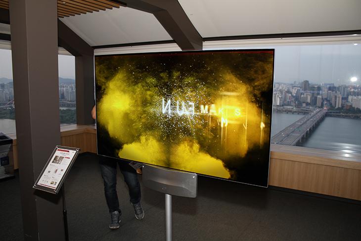 LG 디지털 사이니지, 공공장소의 디스플레이의 변화,IT,IT 제품리뷰,공공장소에서 사용되는 디스플레이를 말하는데요. 실생활에서 사실 많이 볼 수가 있는데요.. LG 디지털 사이니지 공공장소의 디스플레이의 변화를 좀 알아보려고 합니다. 지하철에서 또는 건물의 옥상에서 아주 큰 디스플레이를 본적이 있을겁니다. 과거에는 움직이지 않는 정형화된 정보를 보여주는것이 전부였지만 이제는 다릅니다. LG 디지털 사이니지는 야외나 공공장소에서 사용되는 디스플레이를 모두 일컫는 말인데요. 물론 먼 미래에는 또 이것과 달라질 것입니다.