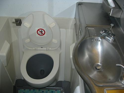 일반 항공기 (B747) 화장실 (좌변기 스타일)
