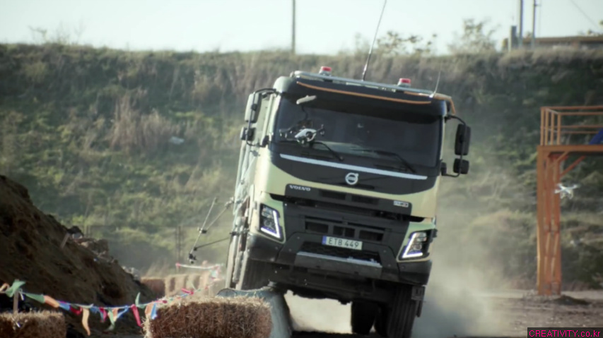 4살 소녀 소피의 장난스럽지만 엄청난 스턴트 드라이빙, 볼보 트럭(Volvo Trucks) 라이브 테스트(Live Test) 광고 - '누가 운전하는지 보세요 feat. 네살 소피(Look who's driving feat. 4-year-old Sophie)'편 [한글자막]