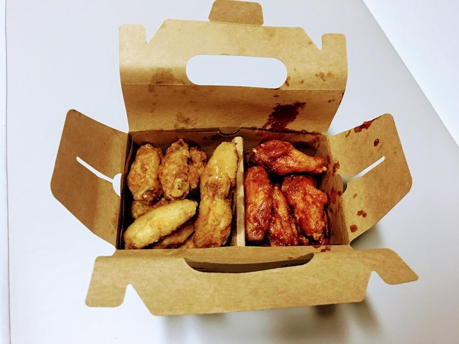 치킨박스를 개봉하니 곱디고운 자태로 간장베이스의 윙과 매콤한 레드 윙이 가지런히 놓여있네요.