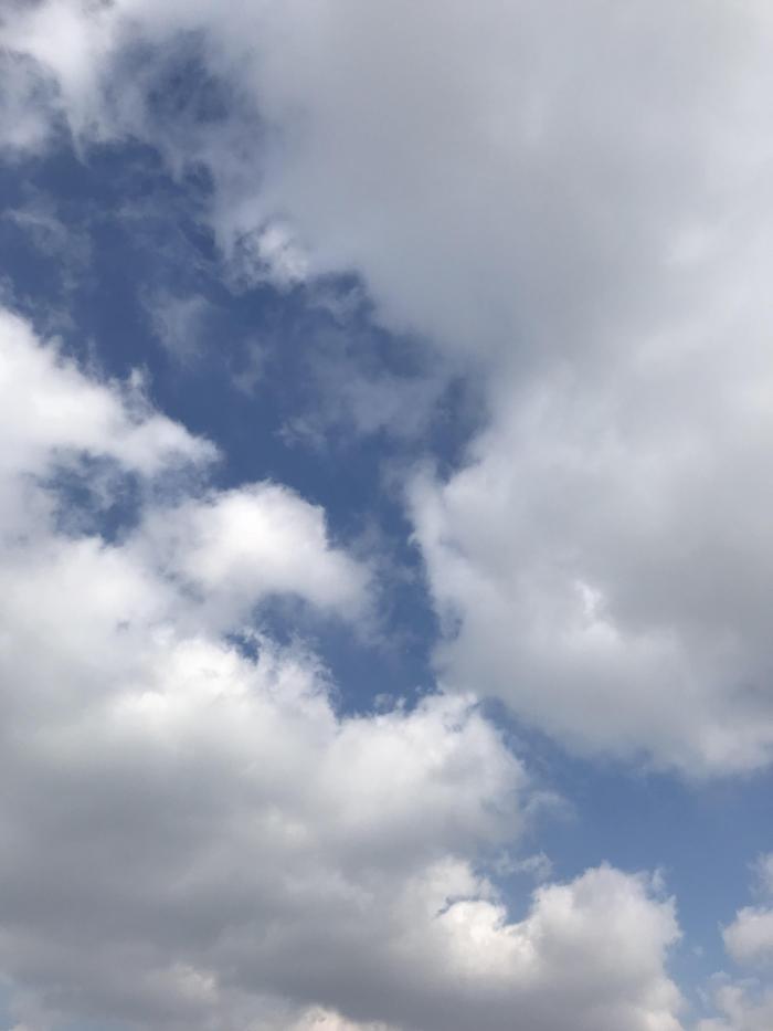 청명한 하늘과 구름