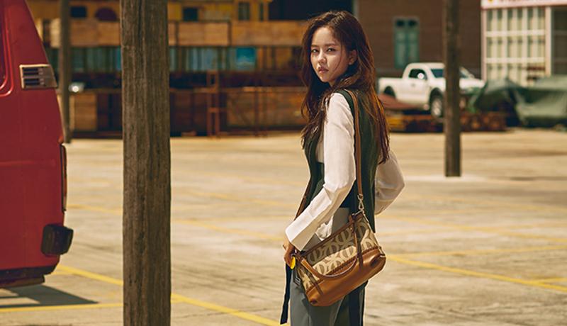 [김소현 화보/여대생 가방] 소녀에서 여자로, 레트로 무드에 빠진 김소현의 가을 스타일링